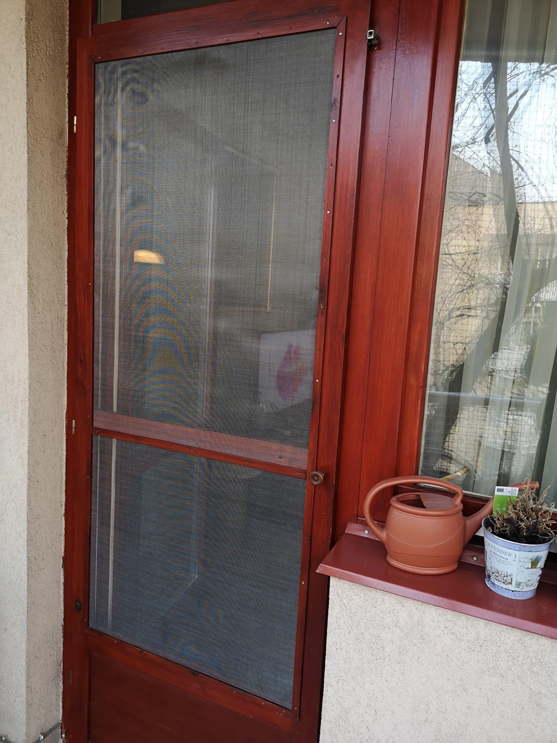 Erkély ajtó fém szúnyoghálóval