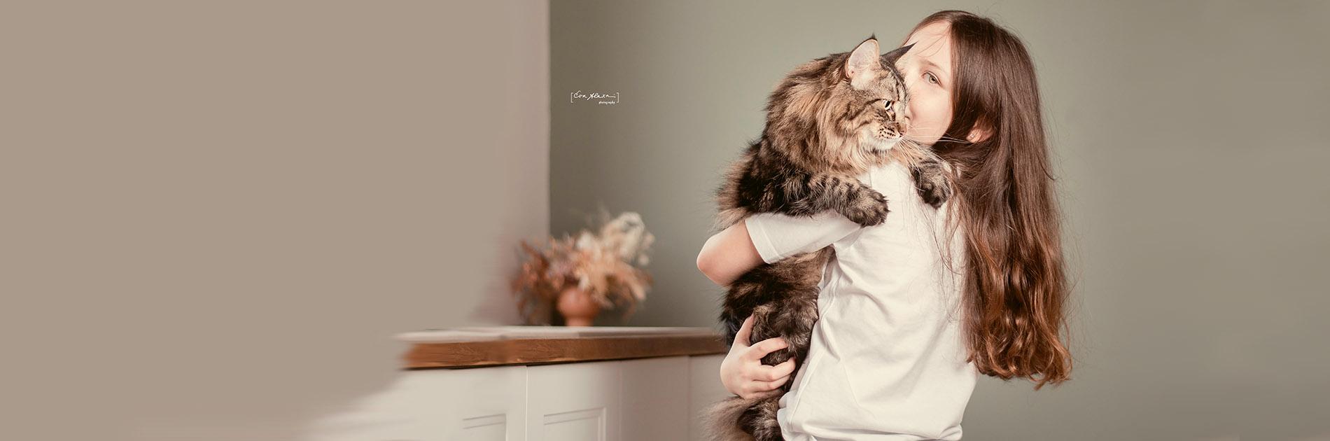 Gyermek és norvég erdei macska